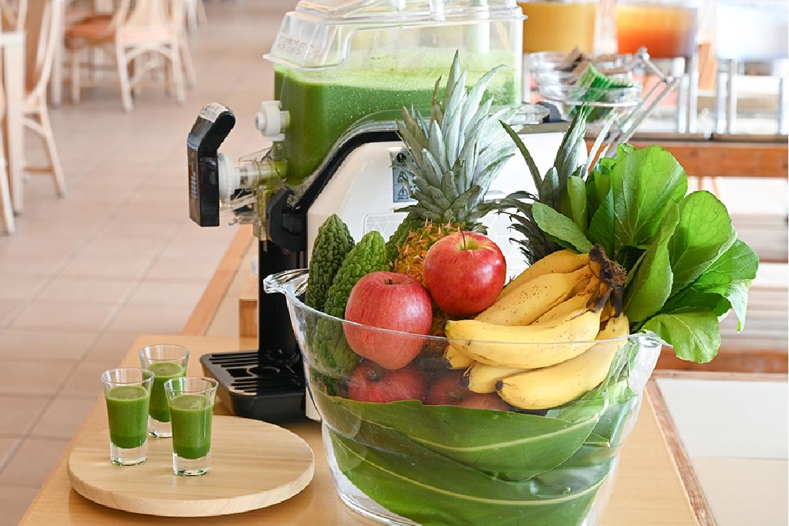フレッシュ野菜とフルーツのスムージーで健康的な一日を。