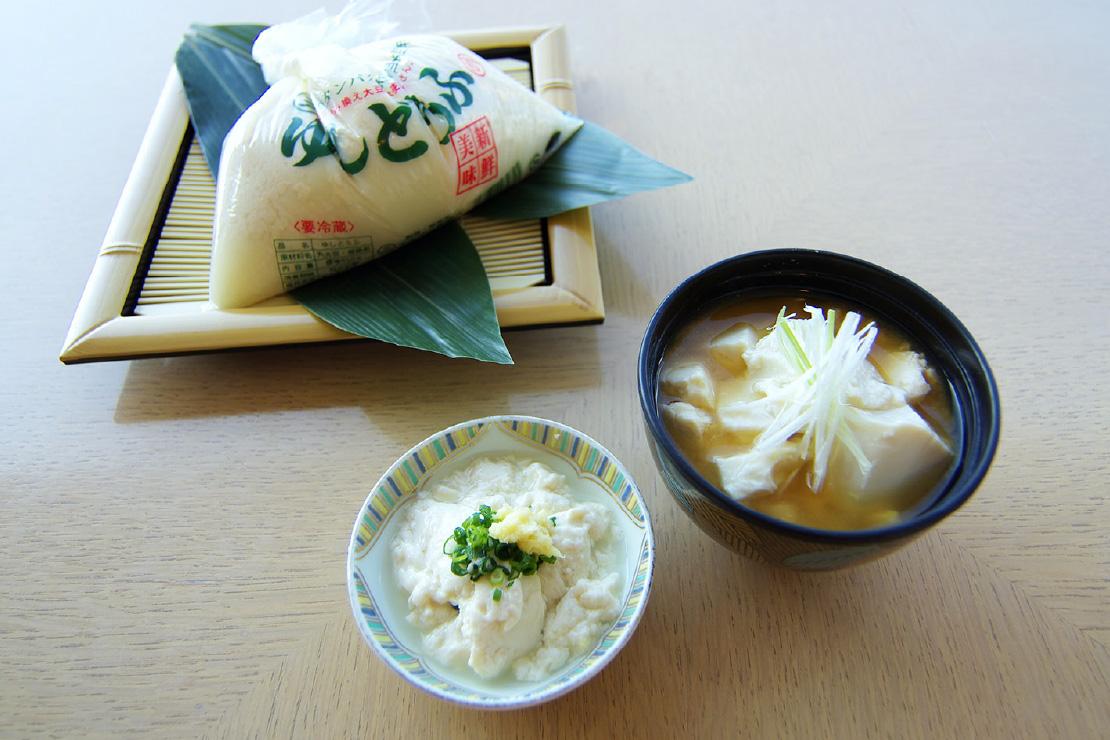 石垣島「マルサン豆腐店」のつるんとなめらかな食感『ゆしどうふ』。お好きな味付けでどうぞ。