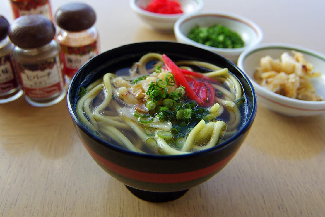 地元製麺所「金城製麺所」の八重山そば。石垣島では朝・昼・晩いつでもそばがウエルカムなのです。