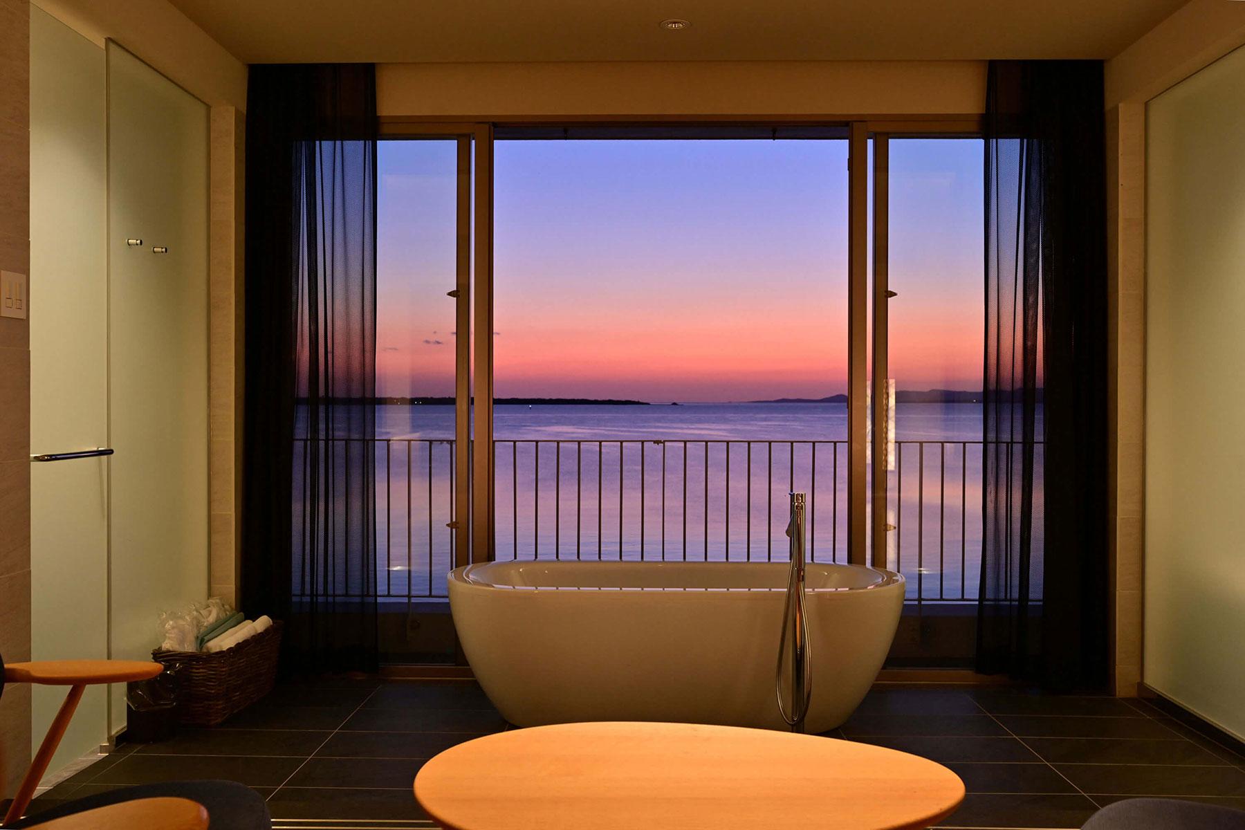 目前に迫る海と空を眺めながら入浴できるバスルームを備えた、新館オーシャンガーデン「浮舟」