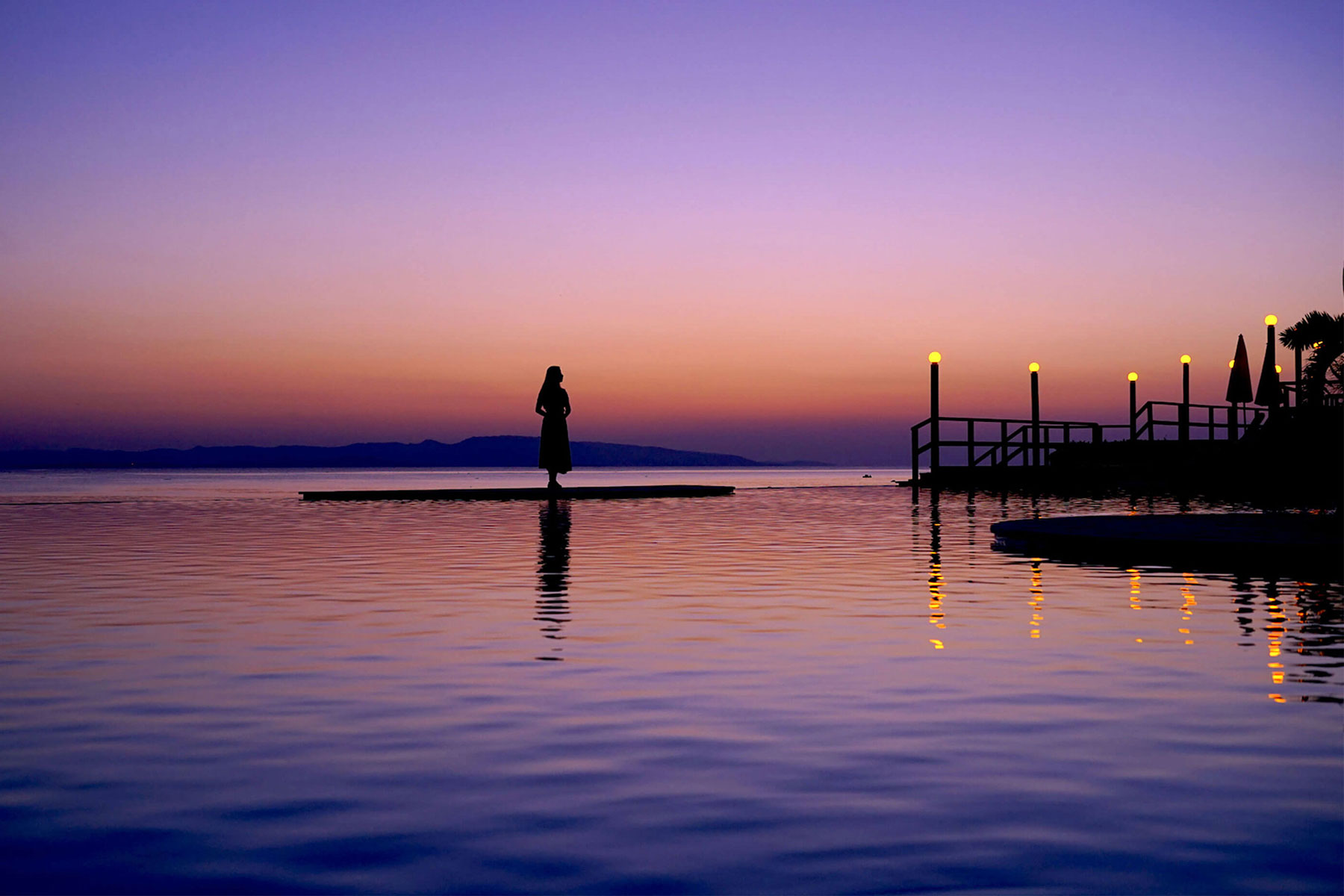 朝方や夕方のマジックアワーは、まるでプールと目前の海がつながっているかのよう