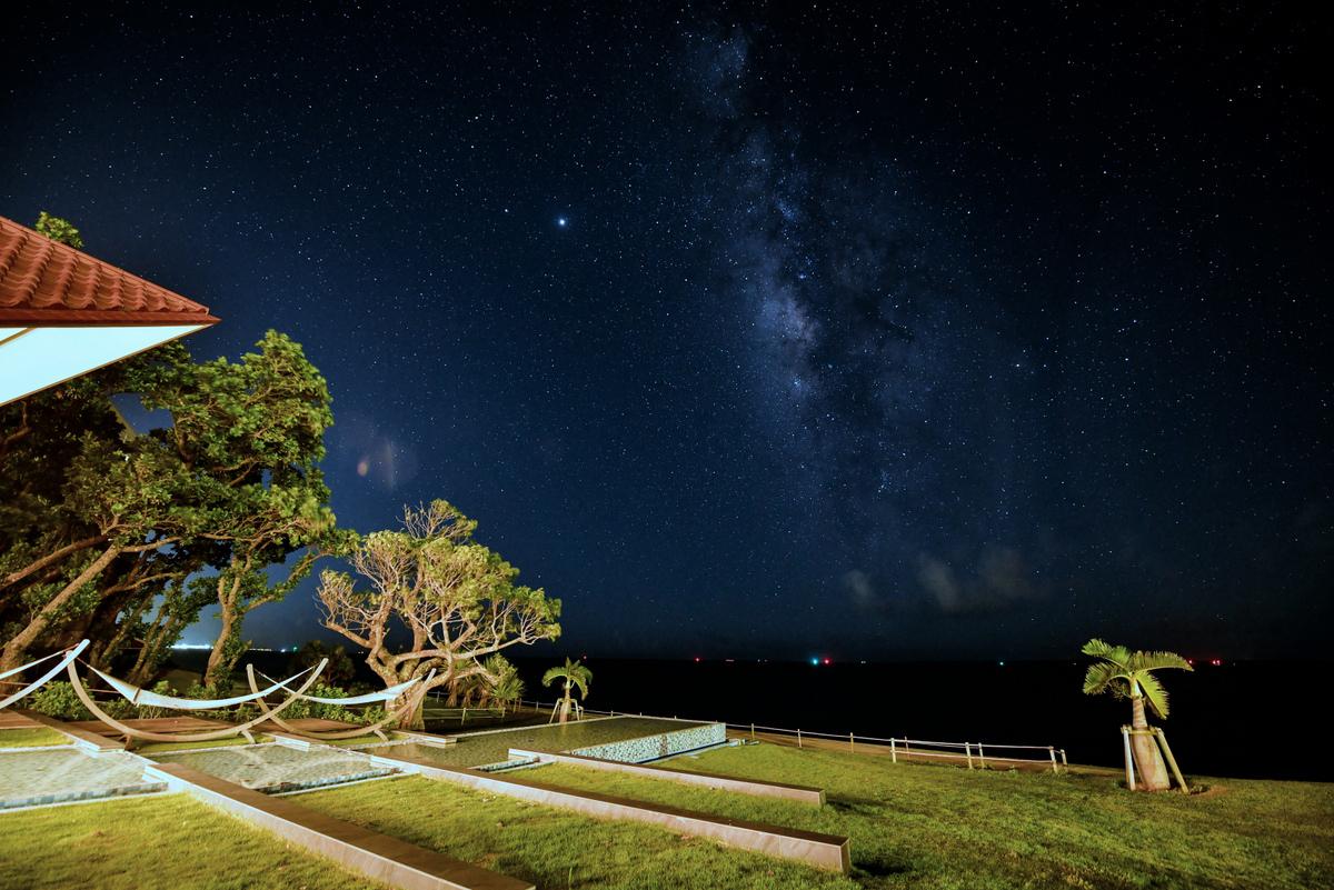 館内施設は美しい星空をご覧いただけるよう館内照明に配慮しています。